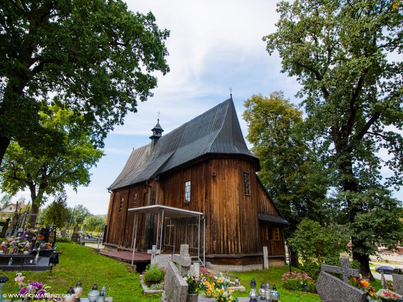 Stary drewniany kościółek cmentarny pw. Nawiedzenia Najświętszej Maryi Panny wzniesiony w XV w.